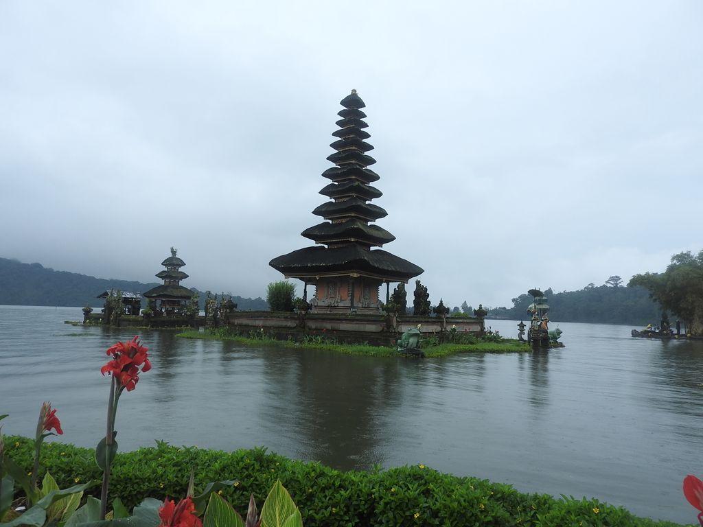 Temple dans l'eau Bratan