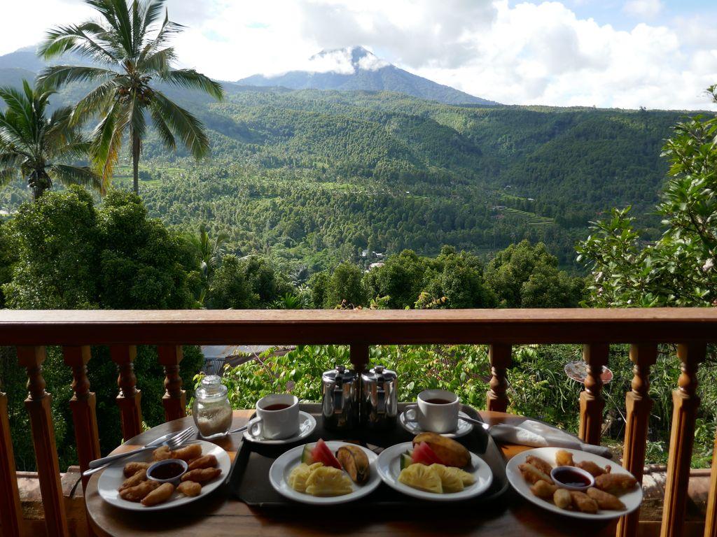 Petit déjeuner face à la montagne