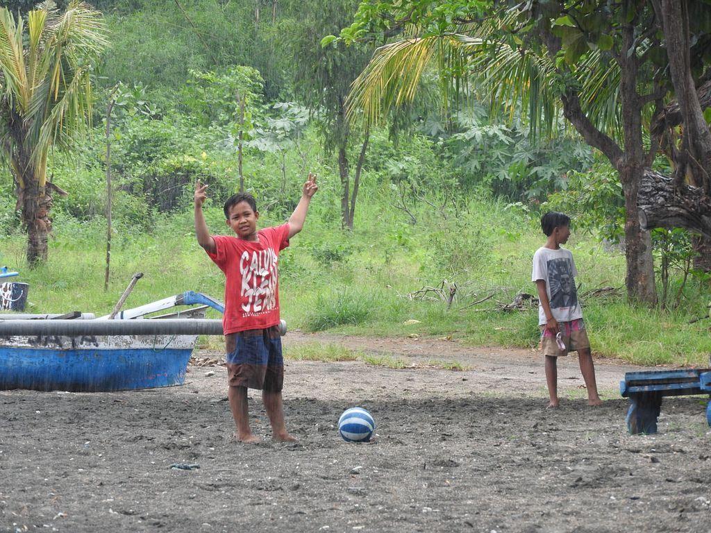 Enfants jouant au foot sur la plage